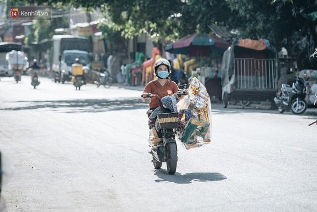 Thủ phủ vàng mã lớn nhất cả nước tấp nập tháng cô hồn: túi Chanel, xe phân khối lớn, xe đạp điện xuất xưởng - Ảnh 3.