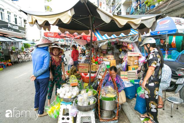 Hàng xôi sầu riêng siêu đắt bất ngờ được cả Sài Gòn biết tới, cứ 3 tiếng là bán sạch gần chục kg xôi, mấy chục kg sầu riêng, nhìn hấp dẫn đến nỗi ai cũng muốn chụp hình - Ảnh 3.