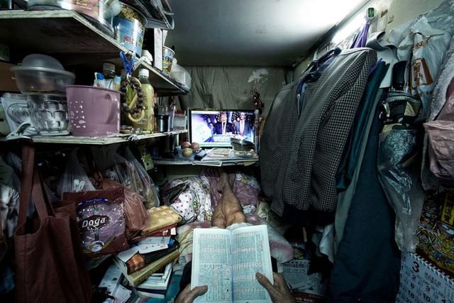 Bên trong nhà lồng chật hẹp giống như quan tài ở Hong Kong - Ảnh 3.