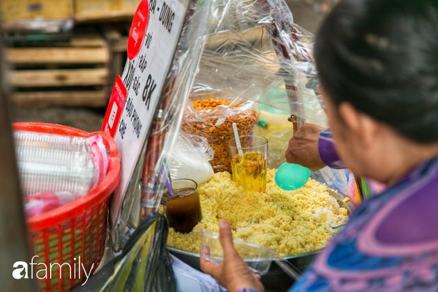 Hàng xôi sầu riêng siêu đắt bất ngờ được cả Sài Gòn biết tới, cứ 3 tiếng là bán sạch gần chục kg xôi, mấy chục kg sầu riêng, nhìn hấp dẫn đến nỗi ai cũng muốn chụp hình - Ảnh 4.