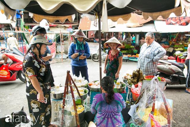 Hàng xôi sầu riêng siêu đắt bất ngờ được cả Sài Gòn biết tới, cứ 3 tiếng là bán sạch gần chục kg xôi, mấy chục kg sầu riêng, nhìn hấp dẫn đến nỗi ai cũng muốn chụp hình - Ảnh 6.