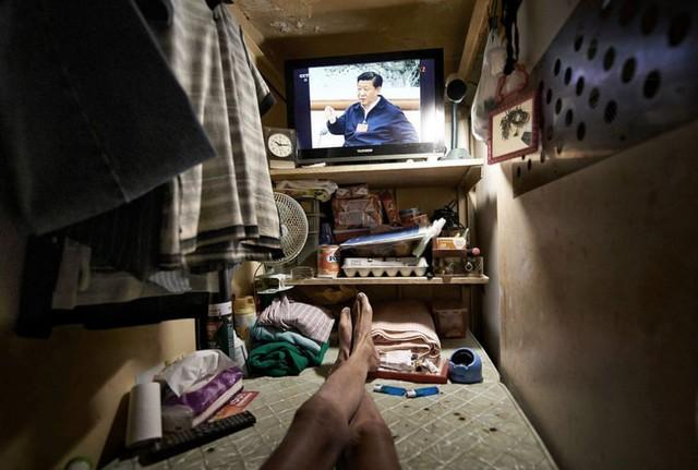 Bên trong nhà lồng chật hẹp giống như quan tài ở Hong Kong - Ảnh 8.