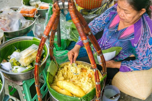 Hàng xôi sầu riêng siêu đắt bất ngờ được cả Sài Gòn biết tới, cứ 3 tiếng là bán sạch gần chục kg xôi, mấy chục kg sầu riêng, nhìn hấp dẫn đến nỗi ai cũng muốn chụp hình - Ảnh 10.