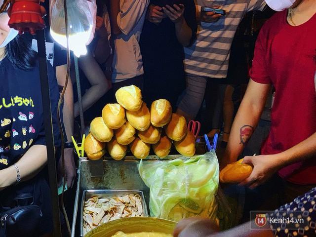 Hết hồn cảnh xếp hàng dài cả km lúc 3h sáng để chờ mua bánh mì dân tổ ở Hà Nội - Ảnh 13.