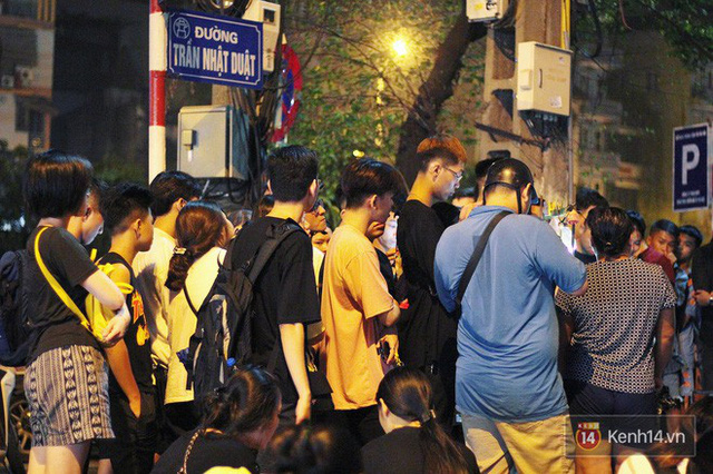 Hết hồn cảnh xếp hàng dài cả km lúc 3h sáng để chờ mua bánh mì dân tổ ở Hà Nội - Ảnh 9.