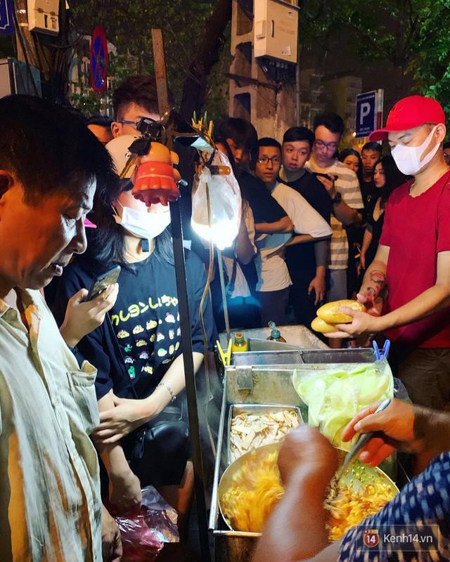 Hết hồn cảnh xếp hàng dài cả km lúc 3h sáng để chờ mua bánh mì dân tổ ở Hà Nội - Ảnh 11.