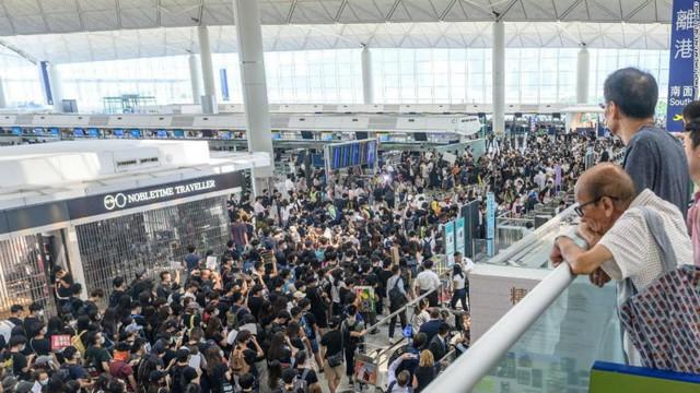 Cơn địa chấn Hong Kong, người dân hoảng loạn gom tiền mặt - Ảnh 1.