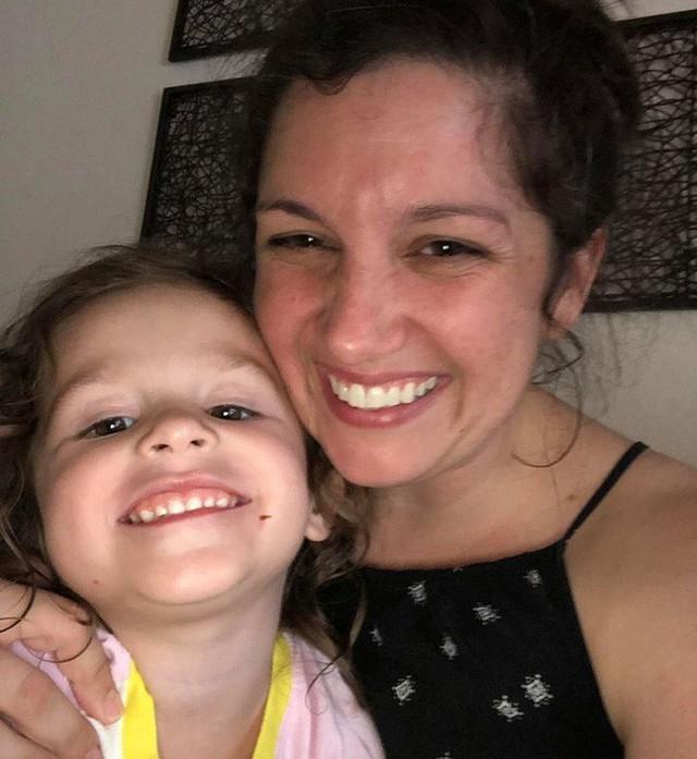 Chỉ mất một phút, con gái 3 tuổi đã cho mẹ một bài học về sự tha thứ - Ảnh 1.