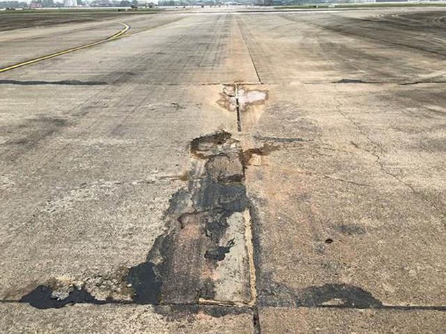 Đường băng sân bay Nội Bài toang hoác, trồi bùn: Có tiền không được sửa? - Ảnh 1.