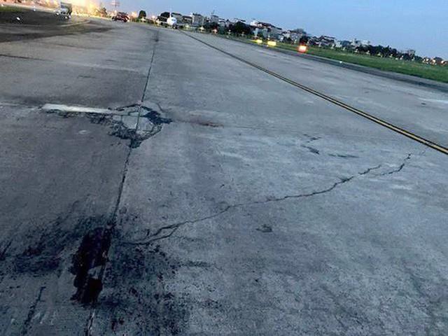 Đường băng sân bay Nội Bài toang hoác, trồi bùn: Có tiền không được sửa? - Ảnh 2.