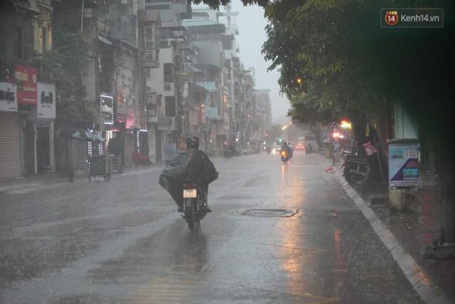 Giữa ban ngày mà Hà Nội bỗng tối đen như mực, người dân phải bật đèn di chuyển trên đường - Ảnh 12.