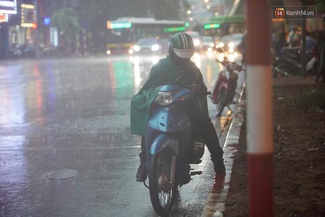 Giữa ban ngày mà Hà Nội bỗng tối đen như mực, người dân phải bật đèn di chuyển trên đường - Ảnh 13.