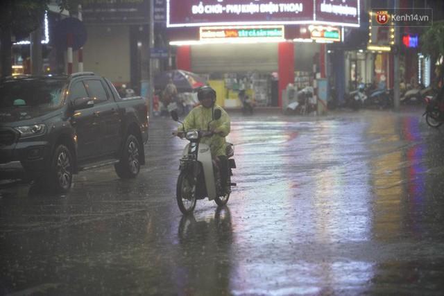 Giữa ban ngày mà Hà Nội bỗng tối đen như mực, người dân phải bật đèn di chuyển trên đường - Ảnh 14.