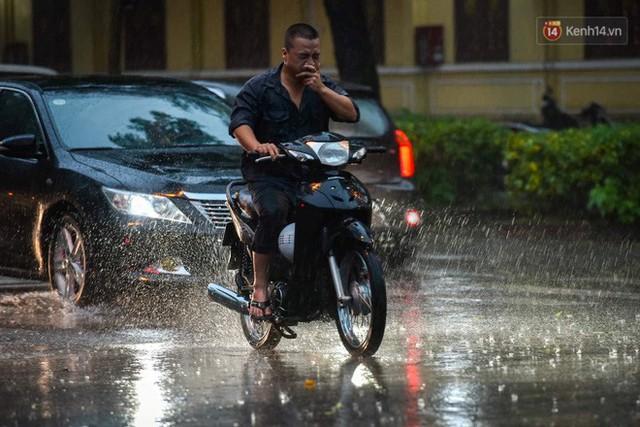 Giữa ban ngày mà Hà Nội bỗng tối đen như mực, người dân phải bật đèn di chuyển trên đường - Ảnh 20.
