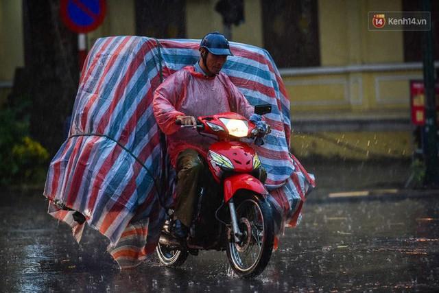 Giữa ban ngày mà Hà Nội bỗng tối đen như mực, người dân phải bật đèn di chuyển trên đường - Ảnh 21.