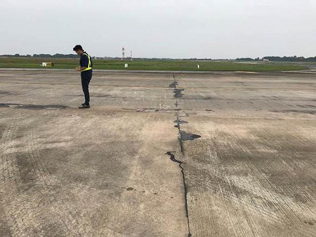 Đường băng sân bay Nội Bài toang hoác, trồi bùn: Có tiền không được sửa? - Ảnh 9.