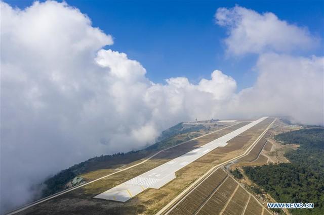 Bên trong sân bay nằm trên biển mây vừa mở cửa tại Trung Quốc - Ảnh 4.