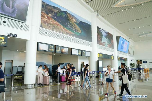 Bên trong sân bay nằm trên biển mây vừa mở cửa tại Trung Quốc - Ảnh 7.
