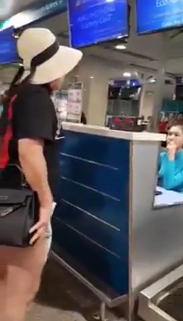 Xôn xao clip nữ hành khách chửi bới, xúc phạm nhân viên Vietnam Airlines: Một ngày tôi phải chạy 5 triệu Facebook cho con này ế chồng - Ảnh 1.