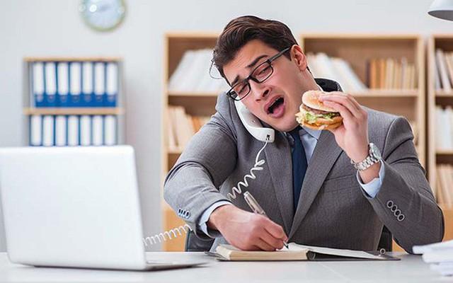 Ăn tại bàn làm việc đối mặt với nguy cơ suy dinh dưỡng