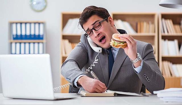 Tin được không, những thói quen tại nơi làm việc này lại khiến bạn dễ bị đau dạ dày hơn - Ảnh 1.