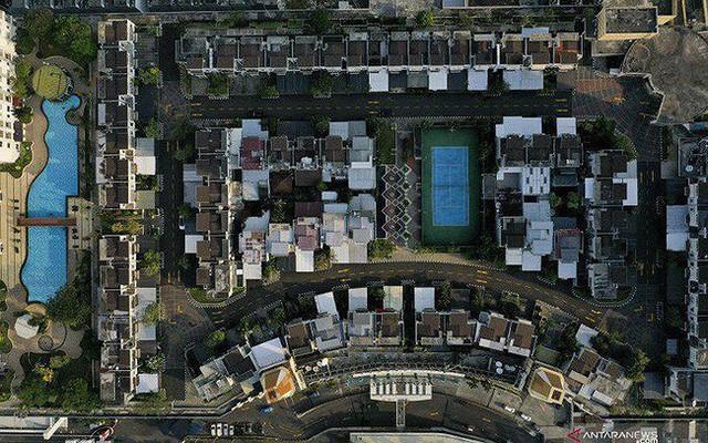 Ngỡ ngàng ngôi làng toàn biệt thự chục tỷ xây trên nóc tòa nhà cao tầng - Ảnh 1.