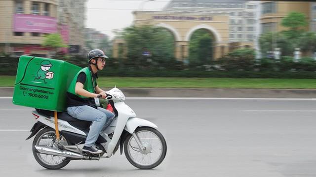 Xe ôm, shipper ở Hà Nội sắp phải đeo phù hiệu? - Ảnh 1.