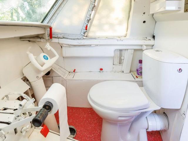 Bước chân vào chiếc máy bay kì lạ, với phòng tắm được đặt ở buồng lái, giá thuê 100 USD/đêm - Ảnh 2.