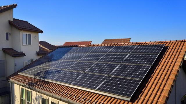 Điện mặt trời tiết kiệm cho gia đình bạn bao nhiêu trên hóa đơn tiền điện? - Ảnh 1.