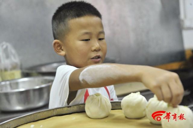 Soái ca bánh bao 7 tuổi gây sốt MXH với tài cán bánh thần tốc, giúp bố bán 2000 bánh mỗi ngày, cả lớp kéo đến nhà bái sư - Ảnh 3.