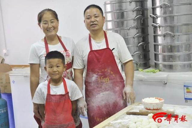 Soái ca bánh bao 7 tuổi gây sốt MXH với tài cán bánh thần tốc, giúp bố bán 2000 bánh mỗi ngày, cả lớp kéo đến nhà bái sư - Ảnh 4.