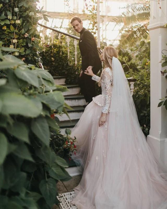 YouTuber nổi tiếng bậc nhất thế giới PewDiePie vừa chính thức kết hôn, mời xem chùm ảnh cưới của anh - Ảnh 8.