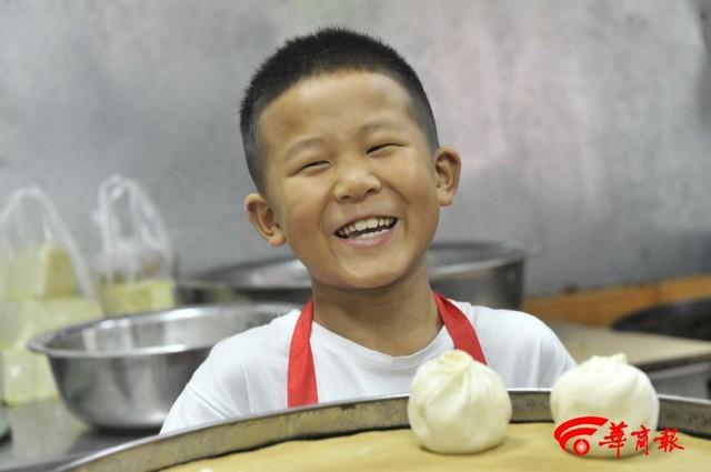 Soái ca bánh bao 7 tuổi gây sốt MXH với tài cán bánh thần tốc, giúp bố bán 2000 bánh mỗi ngày, cả lớp kéo đến nhà bái sư - Ảnh 5.