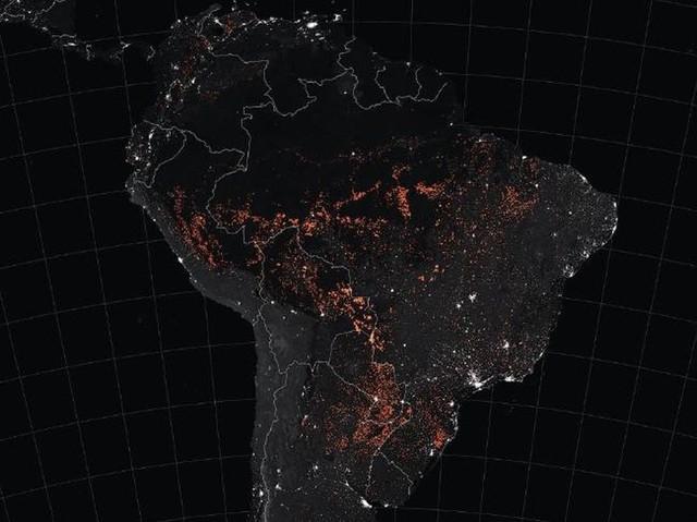 Hình ảnh kinh hoàng về cháy rừng Amazon nhìn thấy từ ngoài không gian - Ảnh 1.