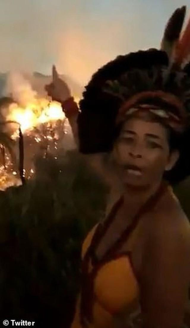 Dân bản địa Brazil gào khóc trước cảnh tượng rừng Amazon bốc cháy: Họ đang giết chết những dòng sông và nguồn sống của chúng tôi - Ảnh 1.