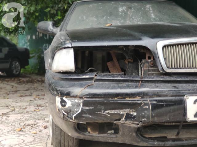 Cận cảnh nhiều xe sang hiệu Mercedes, BMW, Camry hết đát bị vứt bỏ trên vỉa hè Hà Nội - Ảnh 11.