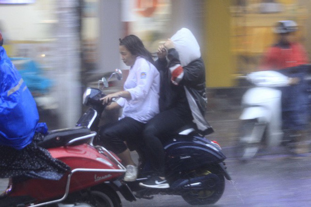 Cây xanh đổ khắp Hà Nội do ảnh hưởng của bão số 4, một thanh niên 26 tuổi tử vong thương tâm - Ảnh 18.