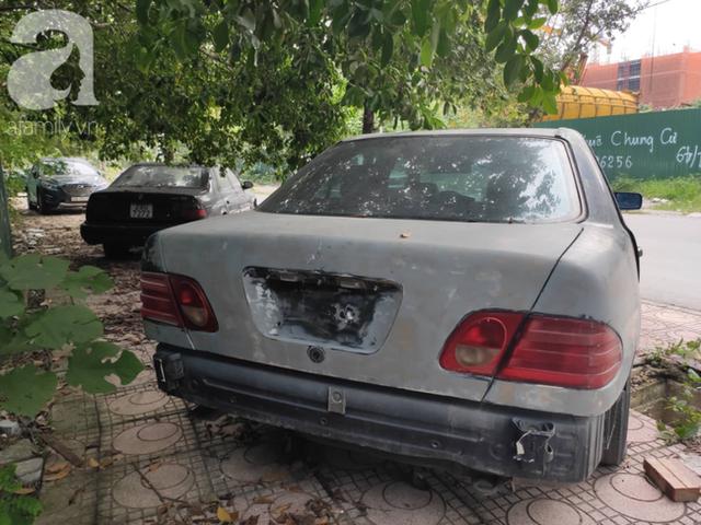 Cận cảnh nhiều xe sang hiệu Mercedes, BMW, Camry hết đát bị vứt bỏ trên vỉa hè Hà Nội - Ảnh 5.