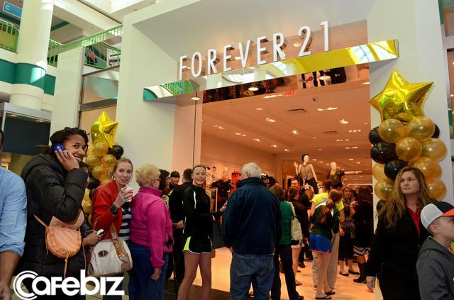 Forever 21 đứng trước bờ vực phá sản, vợ chồng nhà sáng lập người Hàn mất danh tỷ phú, tài sản giảm hơn 4 tỷ USD - Ảnh 1.
