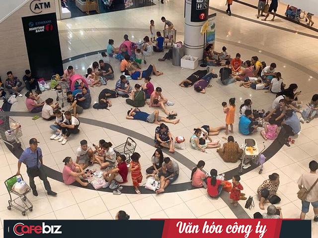 Văn hóa công ty nhìn từ cái chỉ tay đuổi khách dưới cơn dông ở Grand Plaza đến những bộ bàn ghế Aeon Mall mời khách ngồi tránh nóng - Ảnh 2.