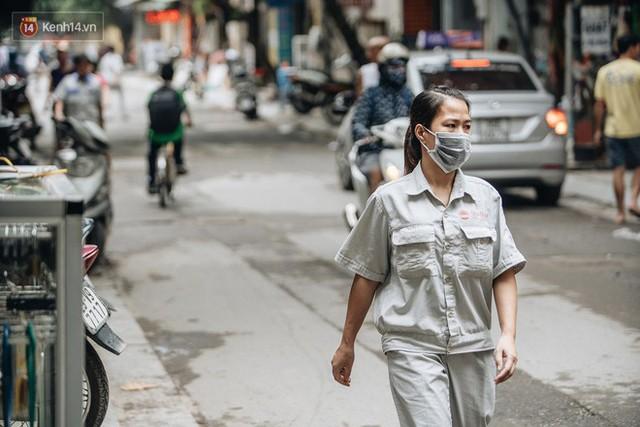 Cuộc sống xung quanh nhà kho Rạng Đông sau vụ cháy: Người lớn cay mắt và khó thở, trẻ nhỏ được sơ tán - Ảnh 11.