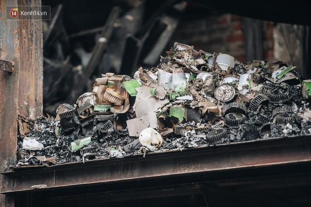 Cuộc sống xung quanh nhà kho Rạng Đông sau vụ cháy: Người lớn cay mắt và khó thở, trẻ nhỏ được sơ tán - Ảnh 3.