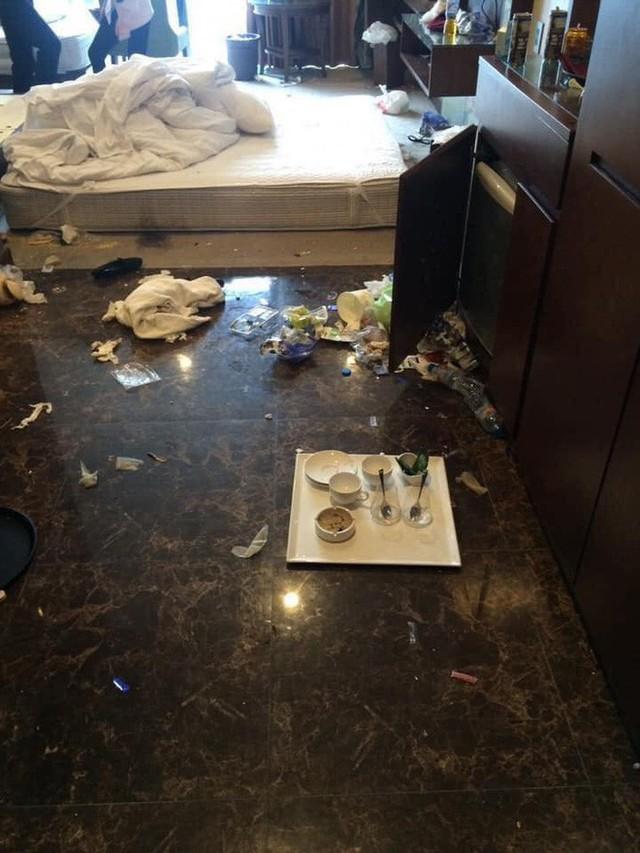 Kinh hoàng những pha du khách ở cực bẩn trong khách sạn và homestay: Rác ngập kín lối, chó phóng uế cả... trên giường - Ảnh 10.