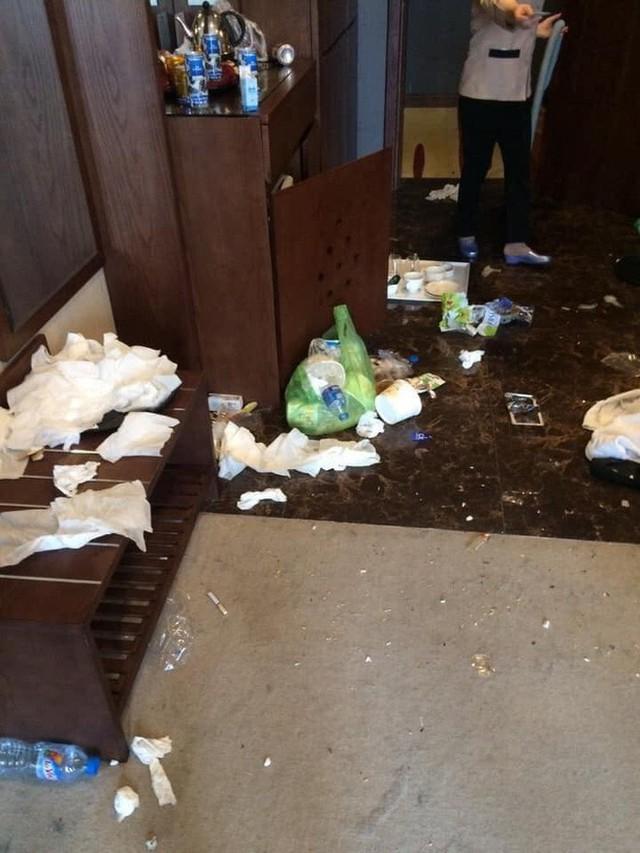 Kinh hoàng những pha du khách ở cực bẩn trong khách sạn và homestay: Rác ngập kín lối, chó phóng uế cả... trên giường - Ảnh 13.