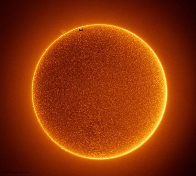 Ấn tượng với bức ảnh chụp trạm không gian ISS như chú ong tí hon trước hoa hướng dương Mặt trời khổng lồ - Ảnh 1.