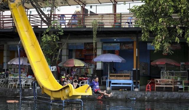 """những ngôi làng nghèo bậc nhất indonesia - photo 6 15650648843121883716806 - Dân du lịch Indonesia đổ xô đến """"sống ảo"""" dưới nước tại ngôi làng có một không hai này"""