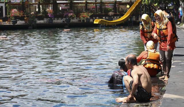 """những ngôi làng nghèo bậc nhất indonesia - photo 7 1565064884313497226708 - Dân du lịch Indonesia đổ xô đến """"sống ảo"""" dưới nước tại ngôi làng có một không hai này"""