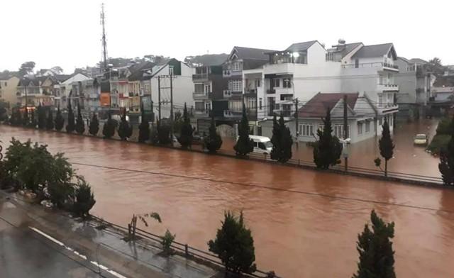 Mưa không ngừng nghỉ, phố núi Đà Lạt chìm sâu trong biển nước - Ảnh 1.