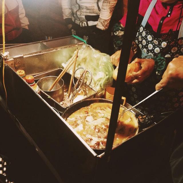 Những hàng ăn ở Hà Nội chỉ mở lúc rạng sáng và nghỉ bán khi mặt trời vừa lên, dù gió rét vẫn tấp nập người qua lại - Ảnh 11.