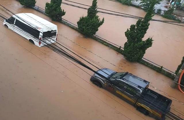 Mưa không ngừng nghỉ, phố núi Đà Lạt chìm sâu trong biển nước - Ảnh 3.